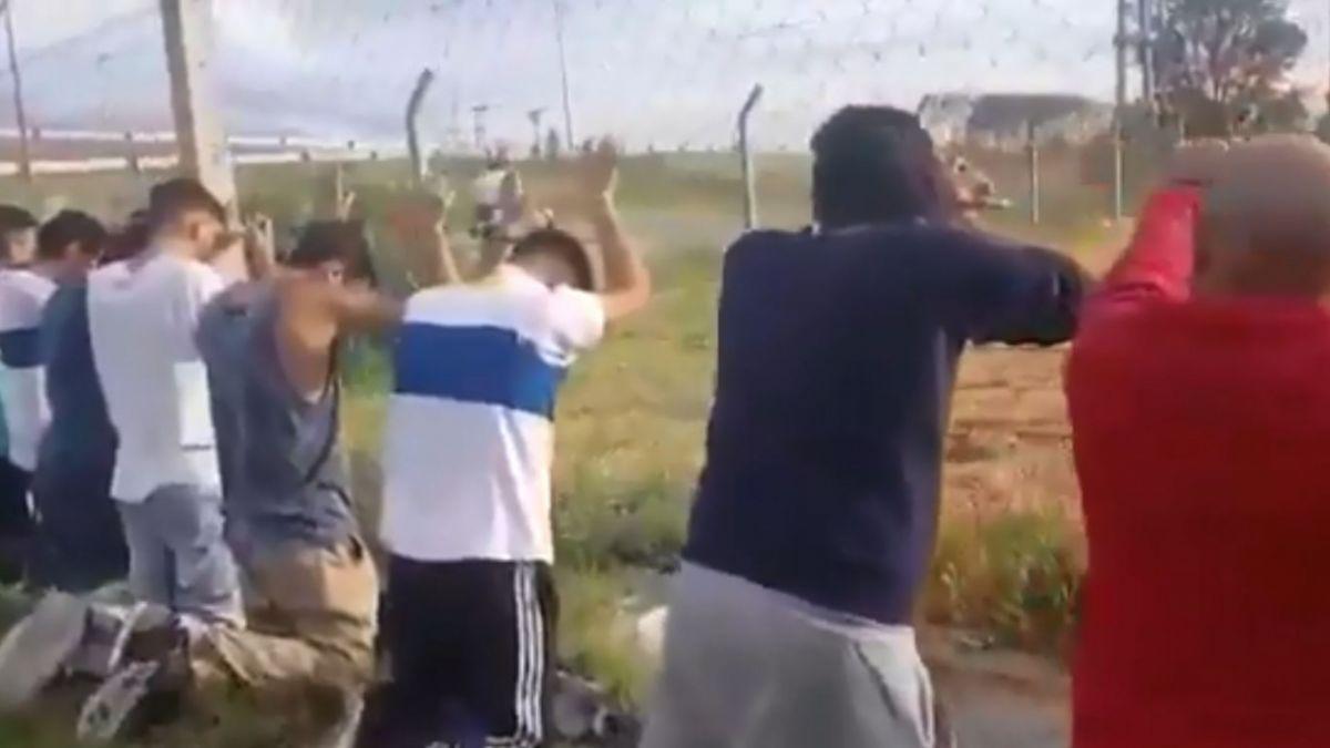 Photo of Hinchas de la UC fueron detenidos en Argentina por robar carne para un asado