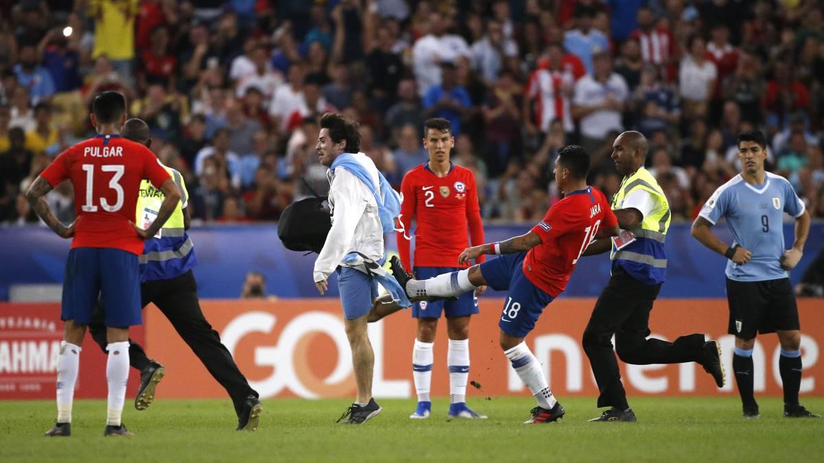 Photo of Gonzalo Jara podría ser suspendido por patada a hincha espontáneo en la derrota de Chile ante Uruguay