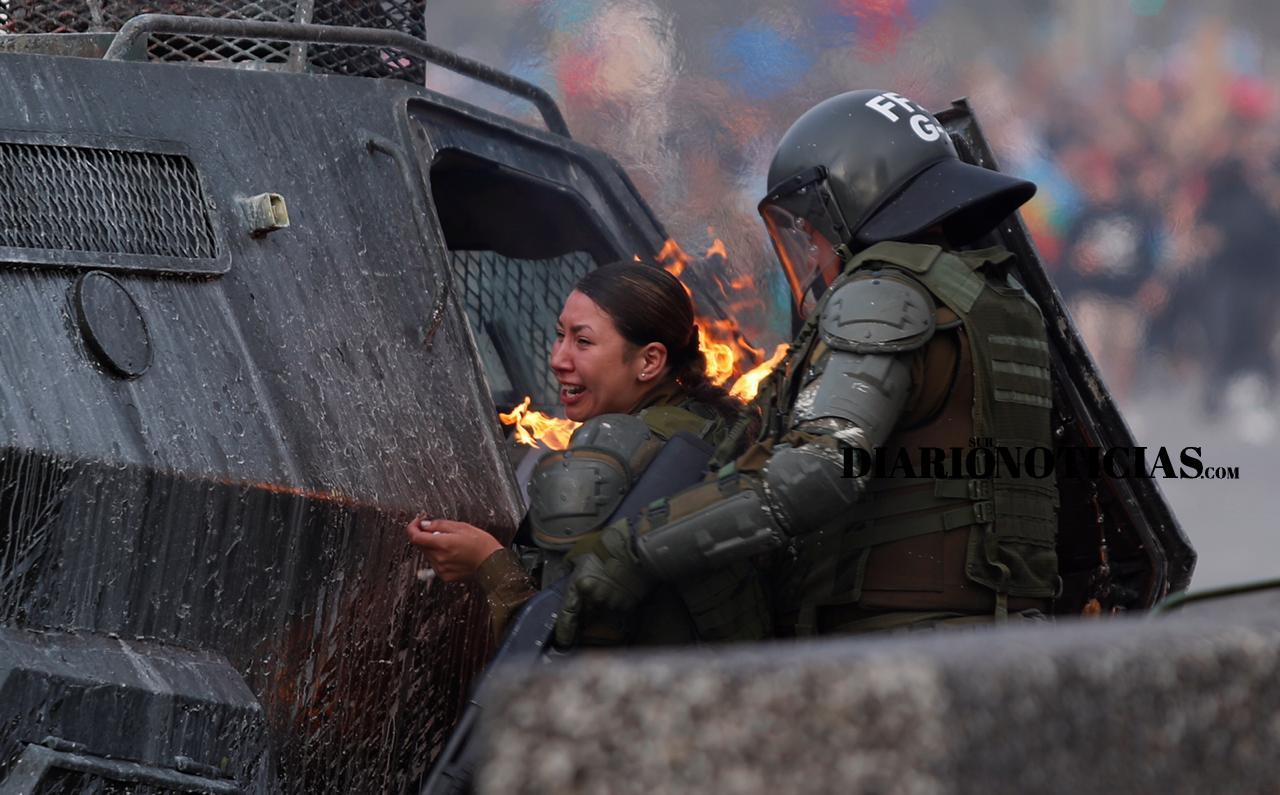 """Photo of Gobierno condenó ataque a carabineras en Plaza Italia """"Son unos salvajes"""""""