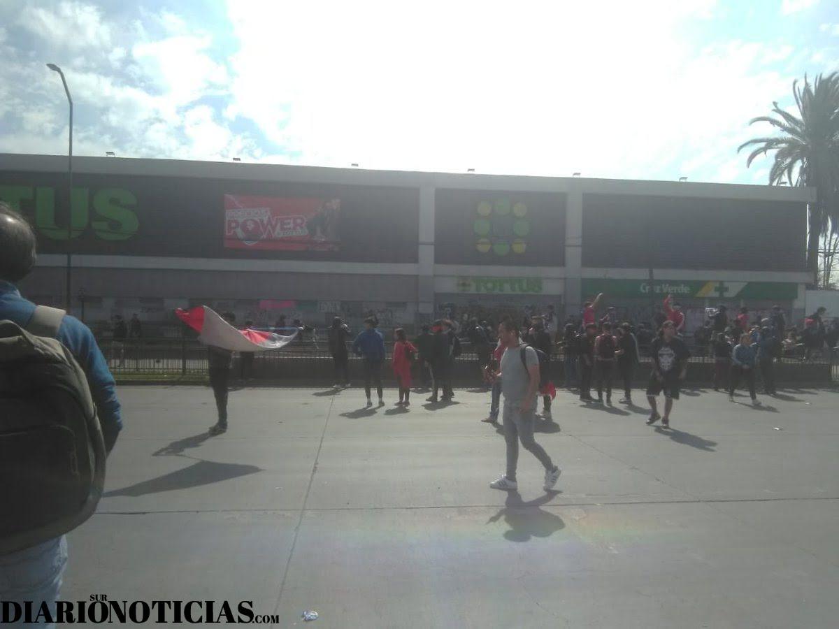 Photo of Antisociales saquearon supermercado Tottus de La Cisterna