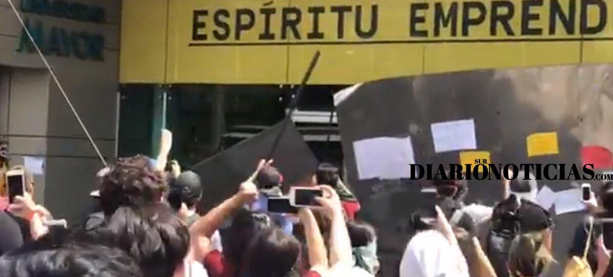 Photo of Manifestantes destrozaron barrera de seguridad de la sede Universidad Mayor en Providencia