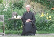 Photo of Un gato le toma la leche a un sacerdote en plena trasmisión en vivo